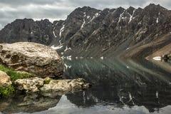 Ala-Kol See mit reflektierenden Felsen Stockfotografie
