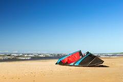 Ala para la cometa que practica surf en orilla Imágenes de archivo libres de regalías