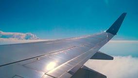 Ala piana durante il volo stock footage