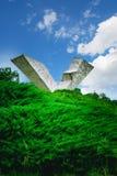 Ala quebrada o monumento interrumpido del vuelo en Sumarice Memorial Park cerca de Kragujevac en Serbia Foto de archivo