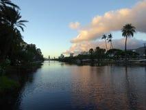 Ala Wai Canal, canoas, hoteles, propiedades horizontales, campo de golf y coco t Imagenes de archivo