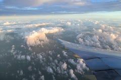 Ala y cielo del aeroplano Fotos de archivo libres de regalías