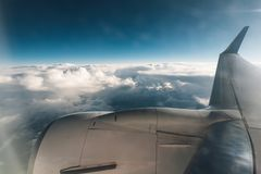 Ala y motor del fondo del cielo azul del avión Imagenes de archivo
