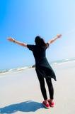 Alabanza de la muchacha en la playa. Fotografía de archivo libre de regalías