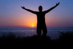 Alabanza y adoración por el mar en la puesta del sol Imágenes de archivo libres de regalías