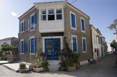 Alacati有一个美妙的村庄门,装饰用围巾,鞋带,经典蓝色被绘的门 免版税库存图片