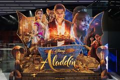 Aladdin filmu 3D standee przed kinem promowa? film Ten film zdjęcie royalty free