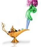Aladdins magische Lampe mit buntem Rauche lizenzfreie stockfotos