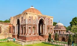 Alai Darwaza och Imam Zamin Tomb på det Qutb komplexet i Delhi, Indien arkivbilder