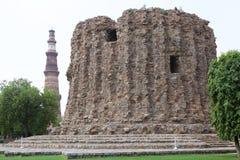 Alai Minar e Qutab Minar, Deli, Índia imagens de stock
