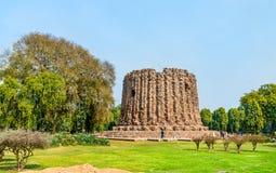 Alai Minar, een onafgewerkte minaret in Qutb complex in Delhi, India stock foto
