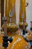 Alambiques de la destilería del whisky foto de archivo
