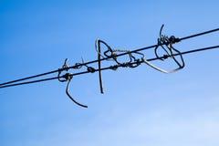 Alambre contra el cielo azul Imagen de archivo libre de regalías