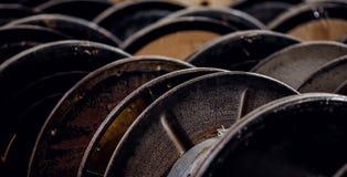 Alambre de acero, de aluminio en carretes en la producción industrial para la metalurgia fotografía de archivo
