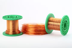 Alambre de cobre en los rodillos, en blanco Foto de archivo