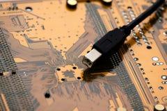 Alambre de la conexión sobre tarjeta electrónica Foto de archivo libre de regalías