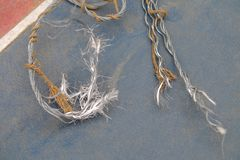 alambre de la honda rasgado de tormenta fotografía de archivo libre de regalías