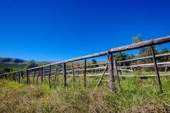 Alambre de madera de poste que cerca la granja Imagen de archivo libre de regalías