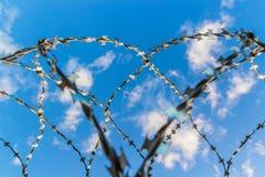 Alambre de púas contra el cielo Foto de archivo libre de regalías