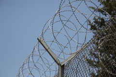 Alambre de púas en cárcel guardada de la prisión Imagenes de archivo