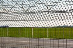 Alambre de púas en la cerca Foto de archivo