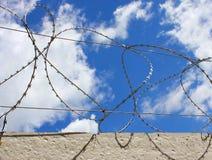 Alambre de púas en la cerca concreta que protege la empresa industrial Imágenes de archivo libres de regalías
