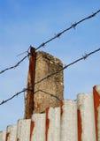 Alambre de púas en la pared del metal imagen de archivo libre de regalías