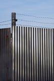 Alambre de púas en la pared del metal Fotografía de archivo libre de regalías