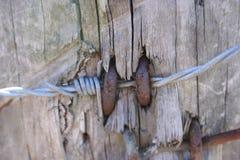 Alambre de púas en un poste de la cerca Fotografía de archivo