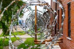 Alambre de púas en una cerca concreta Territorio cercado y guardado imagen de archivo libre de regalías