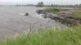 Alambre de púas oxidado viejo en el sitio de un campo de concentración de SLON en la orilla del mar blanco almacen de video