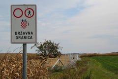 Alambre de púas que instala en la frontera del Húngaro-croata imagenes de archivo