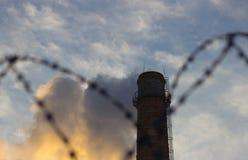 Alambre de púas, tubo de la fábrica Foto de archivo
