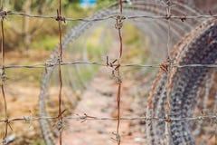Alambre de púas, una cerca en la prisión Concepto de la prisión Fotos de archivo libres de regalías