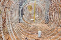 Alambre de púas, una cerca en la prisión Concepto de la prisión Fotos de archivo