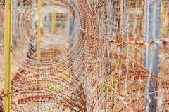 Alambre de púas, una cerca en la prisión Concepto de la prisión Foto de archivo