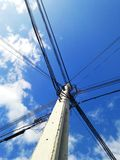 alambre eléctrico en cielo azul Foto de archivo