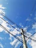 alambre eléctrico en cielo azul Fotos de archivo libres de regalías