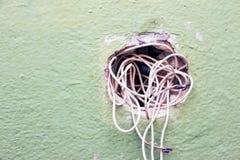 Alambre expuesto en el cableado eléctrico imagenes de archivo