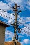 Alambre poste y cielo azul Imagenes de archivo