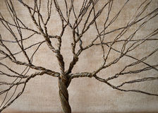 Alambre torcido que forma un árbol con un fondo texturizado fotografía de archivo