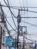 Alambres al aire libre de la electricidad en las calles de Japón - TOKIO, JAPÓN - 12 de junio de 2018 Foto de archivo