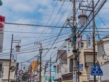 Alambres al aire libre de la electricidad en las calles de Japón - TOKIO, JAPÓN - 12 de junio de 2018 Imagen de archivo