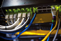 Alambres coloreados de la red conectados con el ordenador Imágenes de archivo libres de regalías