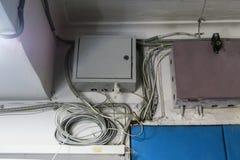 Alambres de Internet metal la caja con el equipo para Internet bajo llave y candado imágenes de archivo libres de regalías