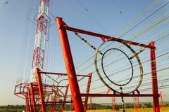 Alambres de la comunicación en la torre Liblice del radiotransmisor en República Checa Imagen de archivo