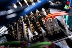 Alambres de la red torcidos en servidor Imagen de archivo libre de regalías