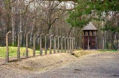 Alambres de púas eléctricos del patrimonio mundial nazi alemán Auschwitz Birkenau, Polonia del campo de la concentración y de la  Fotos de archivo