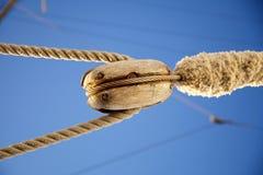 Alambres, detalle de la cuerda, el aparejar del barco Foto de archivo libre de regalías