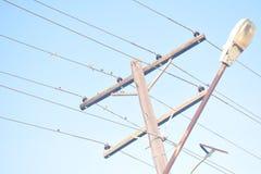 Alambres eléctricos en las Filipinas con los pequeños pájaros Imágenes de archivo libres de regalías
